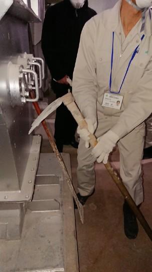 焼却灰を書き出す鍬のような道具