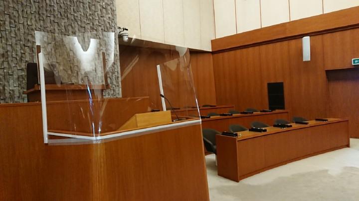 感染対策としてアクリル板を設置した登壇席